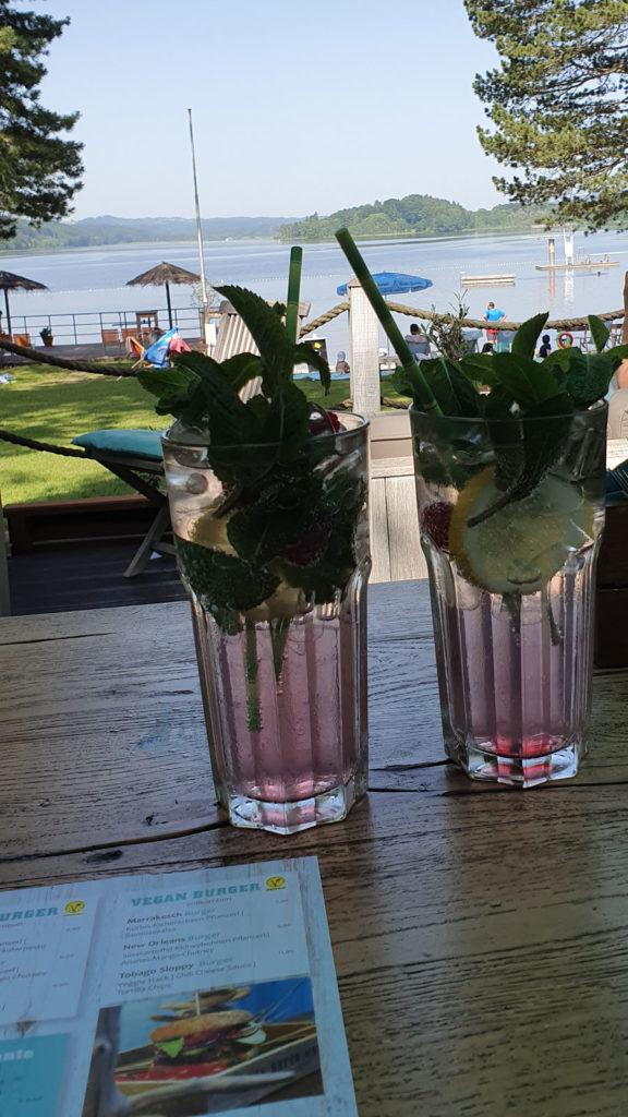 Frische Cocktails mit Blick auf den Staffelsee im Beach & Burger