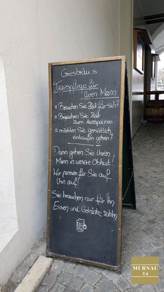 Tafel gibt Auskunft über aktuelle Aktion im Grießbräu in Murnau