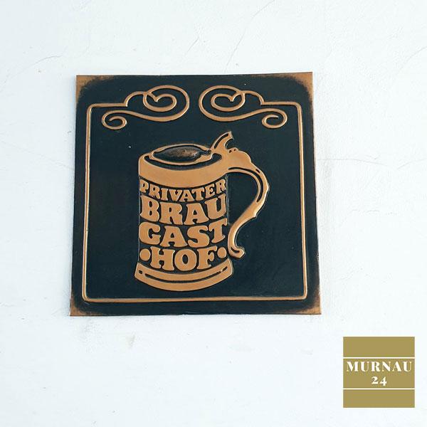 Dekoratives Zeichen in Form eines Bierglases zum Zeichen der Privatbrauerei Murnau